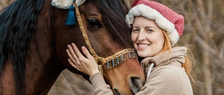 Pferd und Besitzerin mit Weihnachtsmütze